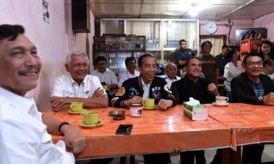 Jokowi Ngopi Rp 7.000 di Balige, Dinyanyiin Emak-emak