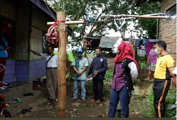 Anggota Komisi IV DPRD Provinsi Jawa Barat dari Fraksi PDI Perjuangan, Hj Nia Purnakania SH MKn saat berkeliling desa masih ditemukan rumah tidak layak huni di Solokan Jeruk Kabupaten Bandung