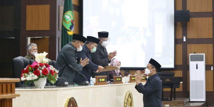 Dewan Perwakilan Rakyat Daerah (DPRD) Provinsi Jawa Barat gelar Rapat Paripurna dengan agenda pandangan umum fraksi-fraksi terhadap 4 (empat) Raperda Pemerintah Provinsi Jawa Barat, bertempat di Gedung DPRD Jabar, Rabu (5/5/2021). (Foto : Budi-Fahmi-M. Sidiq/Humas DPRD Jabar).