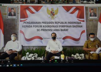 Presiden Jokowi (tengah) saat memberikan arahan kepada Gubernur serta Forkopimda Jawa Barat dan Bupati/Wali Kota se-Jabar di Teras Pendopo Kabupaten Kuningan, Selasa (31/8). Foto: Humas Pemkab Sumedang